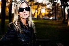 Frau mit Sonnenbrillen Lizenzfreies Stockfoto