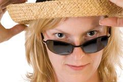 Frau mit Sonnenbrillen und Hut Stockfoto