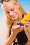 Frau mit Sonneschutz Sahne Lizenzfreie Stockfotos