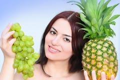 Frau mit sonnigen Früchten Stockbilder