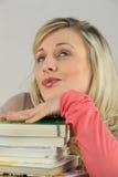 Frau mit Stapel von Büchern Stockbild