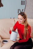 Frau mit Stapel von Geschenken zu Hause Lizenzfreies Stockbild