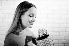 Frau mit Stapel von Geschenken zu Hause Stockbilder
