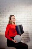 Frau mit Stapel von Geschenken zu Hause Lizenzfreie Stockfotografie