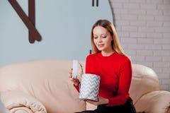 Frau mit Stapel von Geschenken zu Hause Stockfotografie