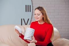 Frau mit Stapel von Geschenken zu Hause Stockfoto