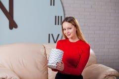 Frau mit Stapel von Geschenken zu Hause Stockfotos