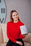 Frau mit Stapel von Geschenken zu Hause Lizenzfreies Stockfoto