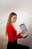 Frau mit Stapel von Geschenken zu Hause Stockbild