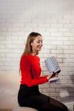 Frau mit Stapel von Geschenken zu Hause Lizenzfreie Stockbilder