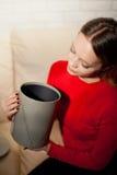 Frau mit Stapel von Geschenken zu Hause Lizenzfreie Stockfotos