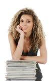 Frau mit Stapel Zeitschriften Stockfotos