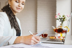Frau mit Stift machen Anmerkungen auf Papier mit Diagramm Fokussierte Hand mit Bleistift stockfoto