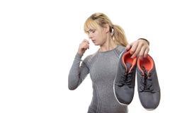Frau mit stinkenden Schuhen Lizenzfreie Stockfotos