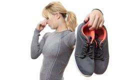 Frau mit stinkenden Schuhen Stockfotografie