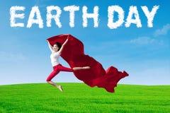 Frau mit Stoff und Tag der Erde-Text Stockfoto