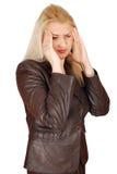 Frau mit strengen Kopfschmerzen stockfotos