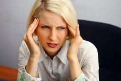Frau mit strengen Kopfschmerzen lizenzfreies stockbild