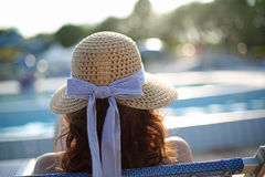 Frau mit Strohhut ein Sonnenbad nehmend im exklusiven Erholungsort auf dem e stockbilder