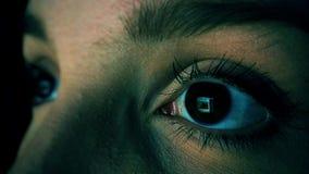 Frau mit surfendem Sozialem Netz der Internet-Suchts an der Nachtschlaflosigkeit stock video footage