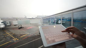 Frau mit Tablet-Computer am Flughafen stock video footage