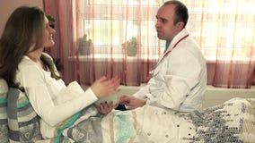 Frau mit Tablet-Computer machen ein Abkommen und einen Händedruck mit Doktor des plastischen Chirurgen stock footage