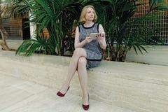 Frau mit Tablette lizenzfreie stockfotos