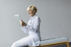 Frau mit Tablette Stockbild