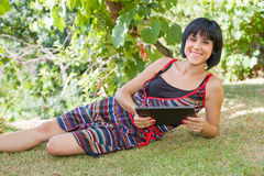 Frau mit Tablette Lizenzfreies Stockfoto