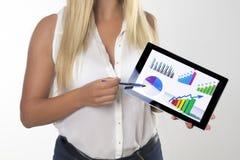 Frau mit Tablette im Büro Stockfotos