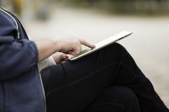 Frau mit Tablette-PC stockfotografie