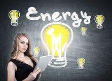 Frau mit Tablette und Energieskizze Stockbild