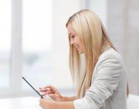 Frau mit Tabletten-PC Stockbilder