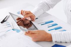Frau mit Tabletten-PC und Zeichenpapieren mit Maßeinteilung lizenzfreies stockbild