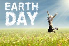 Frau mit Tag der Erde-Text am Feld Lizenzfreie Stockfotos