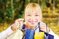 Frau mit Taschen nach dem Einkauf Lizenzfreies Stockfoto