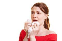 Frau mit Taschentuch niesend Lizenzfreies Stockbild