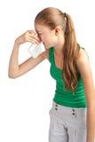Frau mit Taschentuch niesend Stockbilder