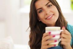 Frau mit Tasse Kaffee lizenzfreie stockfotos