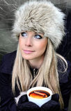 Frau mit Tasse Tee Lizenzfreies Stockfoto
