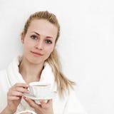 Frau mit Tee Stockfoto