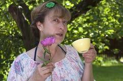 Frau mit Teecup Stockfoto