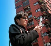 Frau mit Telefon stockfoto