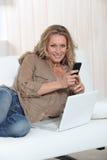 Frau mit Telefon Lizenzfreies Stockbild