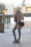 Frau mit Telefon an der Stadt Lizenzfreie Stockfotos
