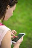 Frau mit Telefon in ihrer Hand lizenzfreie stockfotos