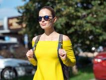 Frau mit Telefon und Rucksack in der Stadt 10 Lizenzfreie Stockfotografie