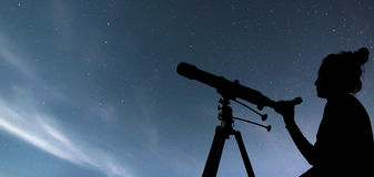 Frau mit Teleskop die Sterne aufpassend Träumereifrau und Ni Stockfotografie