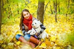 Frau mit Terrier stockbild