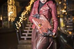 Frau mit teurer Krokodillederhandtasche Stockfoto